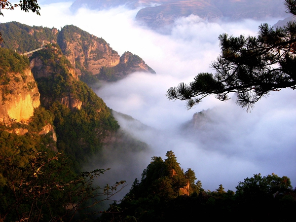 崆峒山风景名胜区面积84平方公里,主峰海拔2123米,集奇险灵秀的