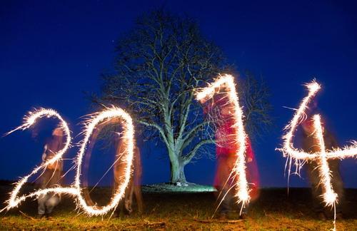 """2014新年马头像大全图片展示; 德国亚科布斯多夫 四个人用焰火写出"""""""