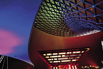 世博轴的索膜结构是迄今为止世界上规模最大的连续张拉索膜结构
