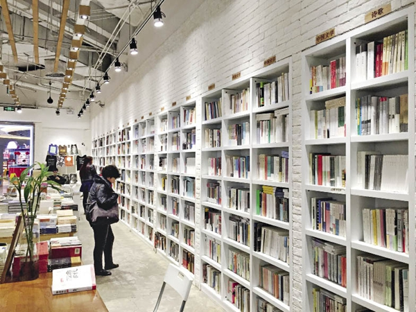 apart from bookstores that strongly defend tradition or have a niche market more and more bookshops are choosing to innovate and diversify their mode of - Bookshelves For Bookstores