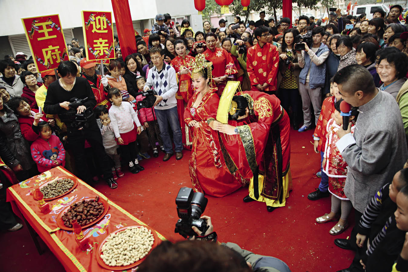 The Bride And Groom Kowtow To Heaven Earth At Their Wedding Ceremony On March 9 2017 In Rizhao City Of Shandong Province