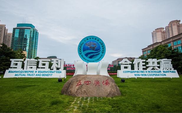 上合组织自成立以来,不断发展壮大,并成长为在国际上拥有重要影响力的区域合作机制。2018年6月9-10日,上合组织(SCO)成员国元首理事会第十八次会议在青岛成功举行。青岛峰会的召开,彰显了中国的大国主场外交风范,更重要的是,上合组织在打造新型国际合作平台上迈出了新的步伐。   朋友圈不断扩大的开放对话平台   上合组织源自1996年中国、俄罗斯、哈萨克斯坦、吉尔吉斯斯坦和塔吉克斯坦五国组建的关于加强边境地区信任和裁军的谈判进程的组织。2001年1月,乌兹别克斯坦提出作为正式成员加入上海五国。同